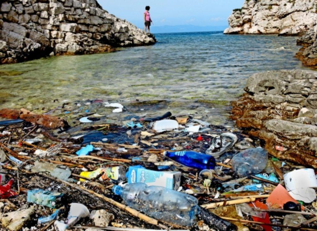 Angeschwemmter Plastikmüll liegt an einem Kiesstrand auf der kroatischen Insel Lastovo. Foto: dpa