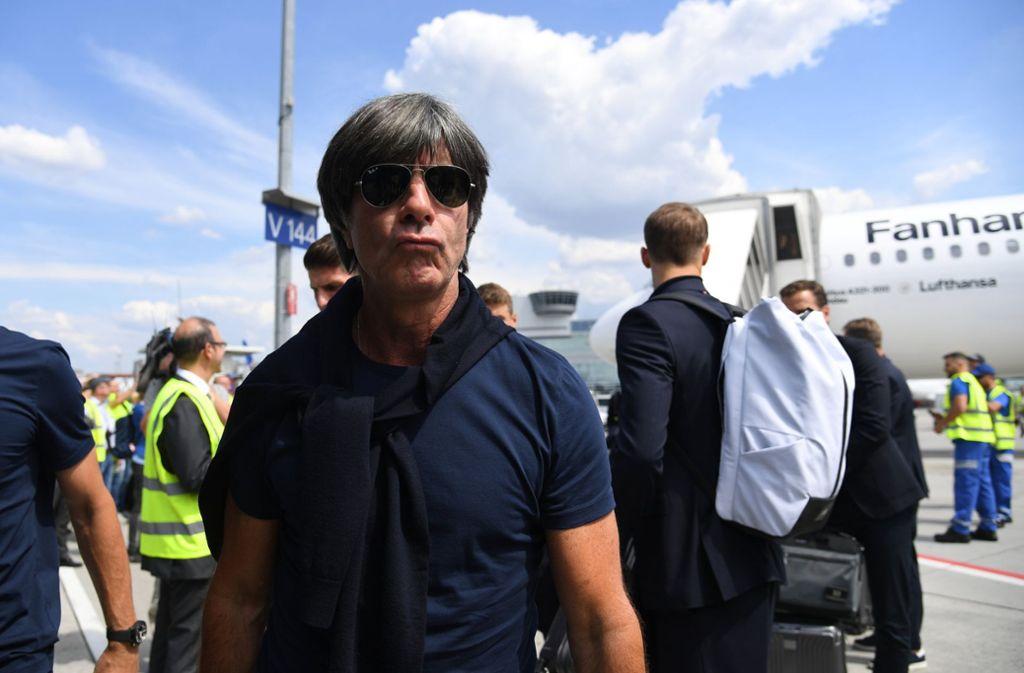 Joachim Löw gab sich am Frankfurter Flughafen wortkarg. Foto: dpa