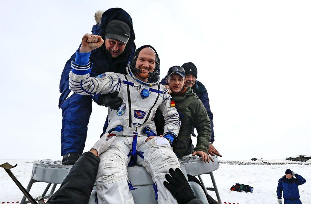 Minus elf Grad, die Frisur sitzt – auch nach einer harten Landung in der kasachischen Steppe ist Alexander Gerst gut gelaunt. Foto: POOL Reuters/AP