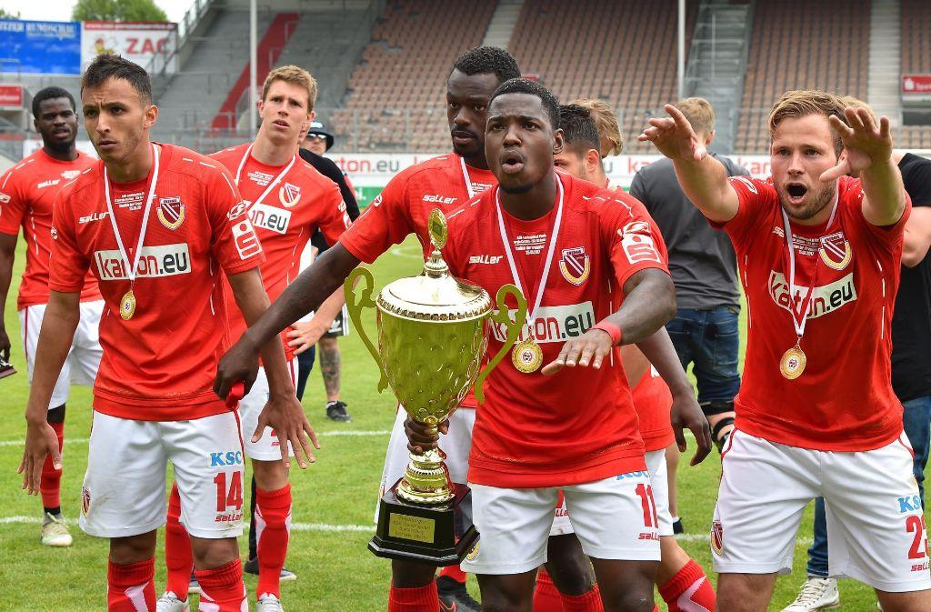 Streli Mamba (Mitte, mit Pokal) stammt aus Göppingen und trifft im DFB-Pokal auf seinen Herzensverein VfB Stuttgart. Foto: dpa-Zentralbild