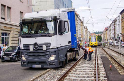 Lastwagen gerät auf die Stadtbahngleise