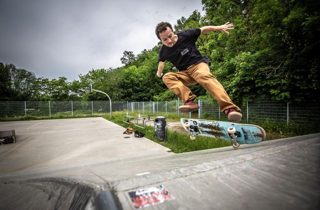 Florian Bürkle im Skatepark Botnang – einer der wenigen Anlagen unter freiem Himmel in Stuttgart Foto: Lichtgut/Julian Rettig