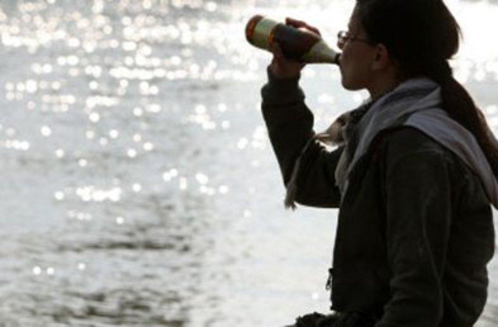 Weil sich eine 13-Jährige mit Freunden betrinkt, muss ein Notarzt an den See in Schlierbach ausrücken. (Symbolbild) Foto: dpa