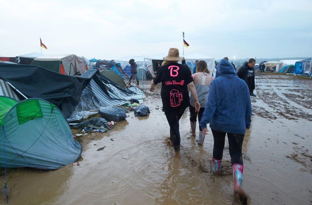 Wegen weiterer Unwetterwarnungen müssen Zehntausende Rock-am-Ring-Besucher vorzeitig nach Hause fahren. Foto: dpa
