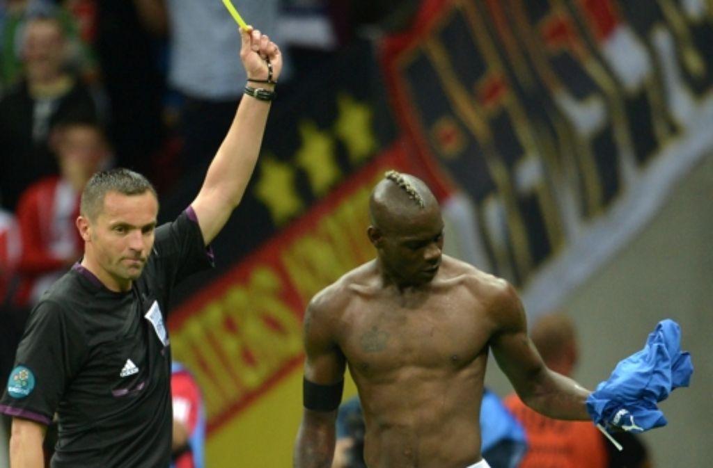 Mario Balotelli sieht Gelb, weil er  gerne zeigt, was er hat. Foto: dapd