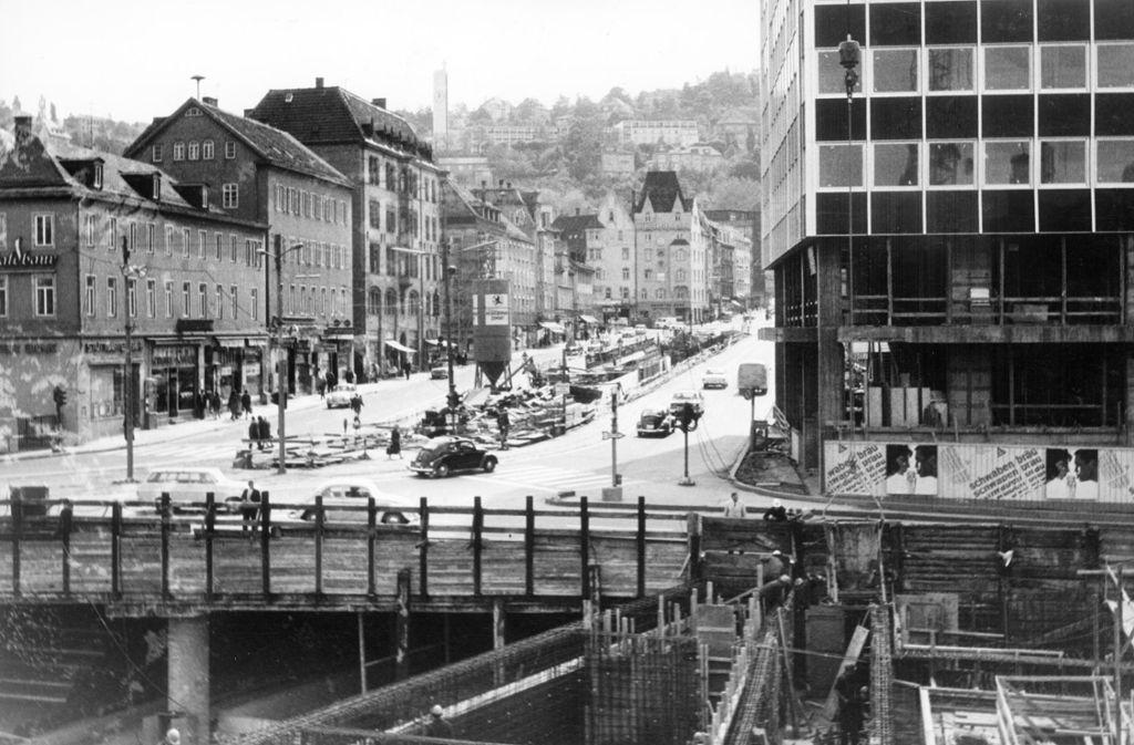 """Ist Stuttgart ohne Baustellen denkbar?  Schon in den 1960ern  hat das große Wühlen im Untergrund den Kessel  erfasst, wie hier am Charlottenplatz. Der 2. Juli 1962 ist ein historisches Datum in der Stadtgeschichte. An diesem Tag wurde der erste Spatenstich für das neue Tunnelreich gefeiert. Die """"Operation am offenen Herzen"""" begann, wie es damals hieß. Stuttgart war jahrelang eine Baustelle – genau so, wie man es heute wegen Stuttgart 21 kennt. Foto: Kraufmann"""