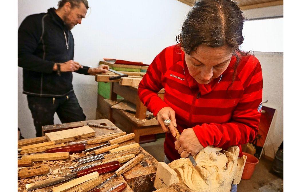 Gernot Zechling und Alexandra Klimesch schnitzen die Masken. Foto: factum/Granville