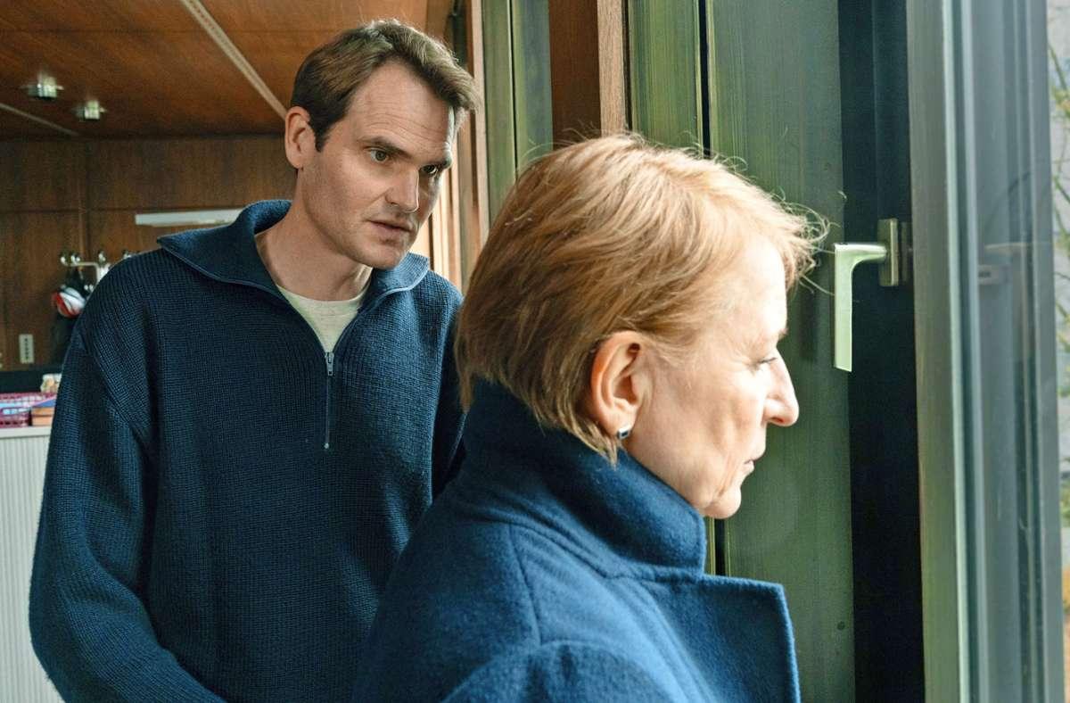 Voss (Fabian Hinrichs) versucht, Ringelhahn (Dagmar Manzel) zu warnen. Foto: BR/Claussen+Putz Filmproduktion GmbH/Marc Reimann
