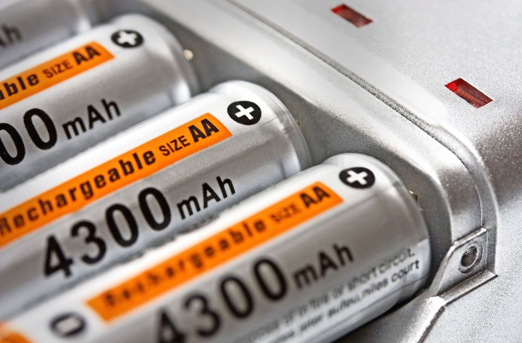 Tödliche Explosion eines Ladegeräts: Unser Symbolbild zeigt aufladbare Batterien der Größe AA. Foto: Vladyslav Danilin/Adobe Stock
