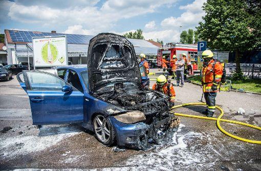 BMW brennt auf Parkplatz komplett aus