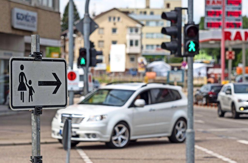 Fußgänger  müssen beim Queren der  Siemensstraße  besonders achtsam sein. Foto: factum/Weise