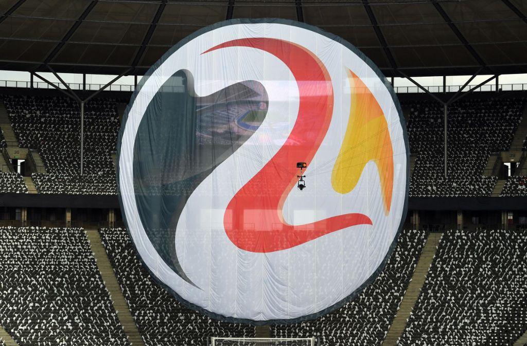 Das Logo zur Fußball-EM 2024 in Form eines riesigen Banners: Die Telekom sichert sich wohl die TV-Rechte für den Wettbewerb. Foto: dpa/Soeren Stache