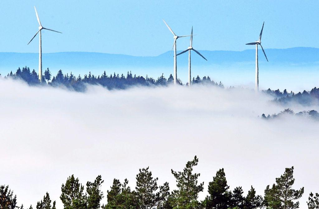 Änhlich wie bei diesem Windpark sind nahe Oberberken vier Rotoren in einem Waldgebiet geplant Foto: dpa