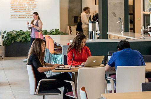 Dank der digitalen Transformation können Orte der Produktivität heute überall entstehen. Für Unternehmen sind deshalb Räume wichtig, mit denen sich Mitarbeiter identifizieren ...