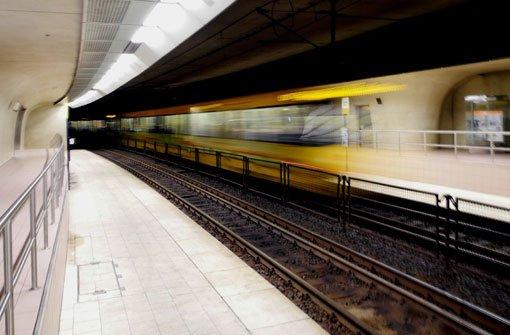 Blinde Frau gerät unter Stadtbahn und stirbt