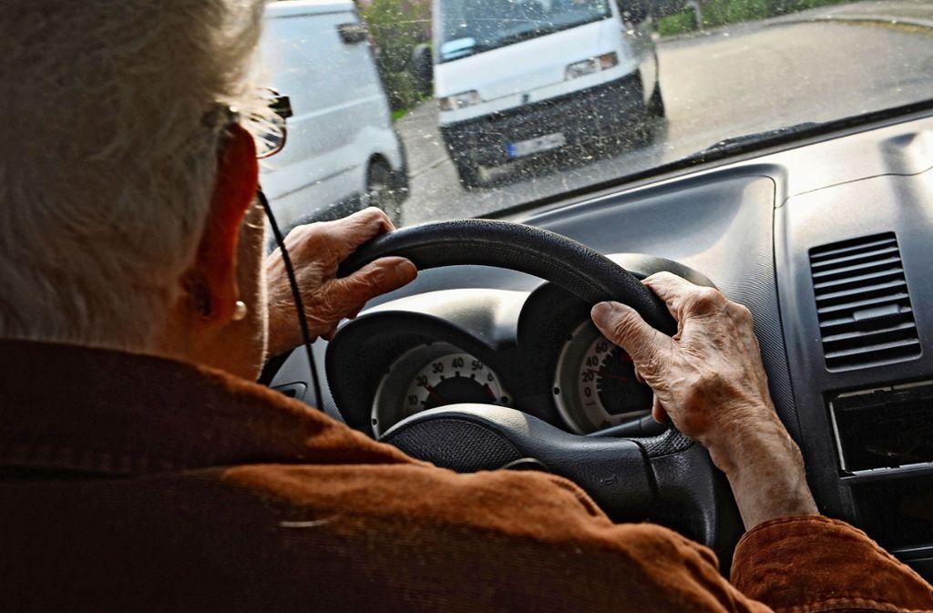 Der Kreisseniorenrat ist gegen ein Seniorenticket für Fahrer, die den Führerschein abgeben. Foto: dpa/Felix Kästle