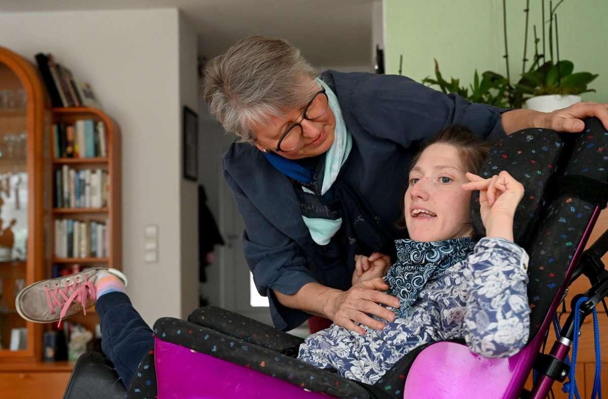 Petra Nicklas, die Vorsitzende des Vereins «Gemeinsam», zusammen mit ihrer schwerstbehinderten Tochter Elisa. Foto: dpa/Bernd Weissbrod