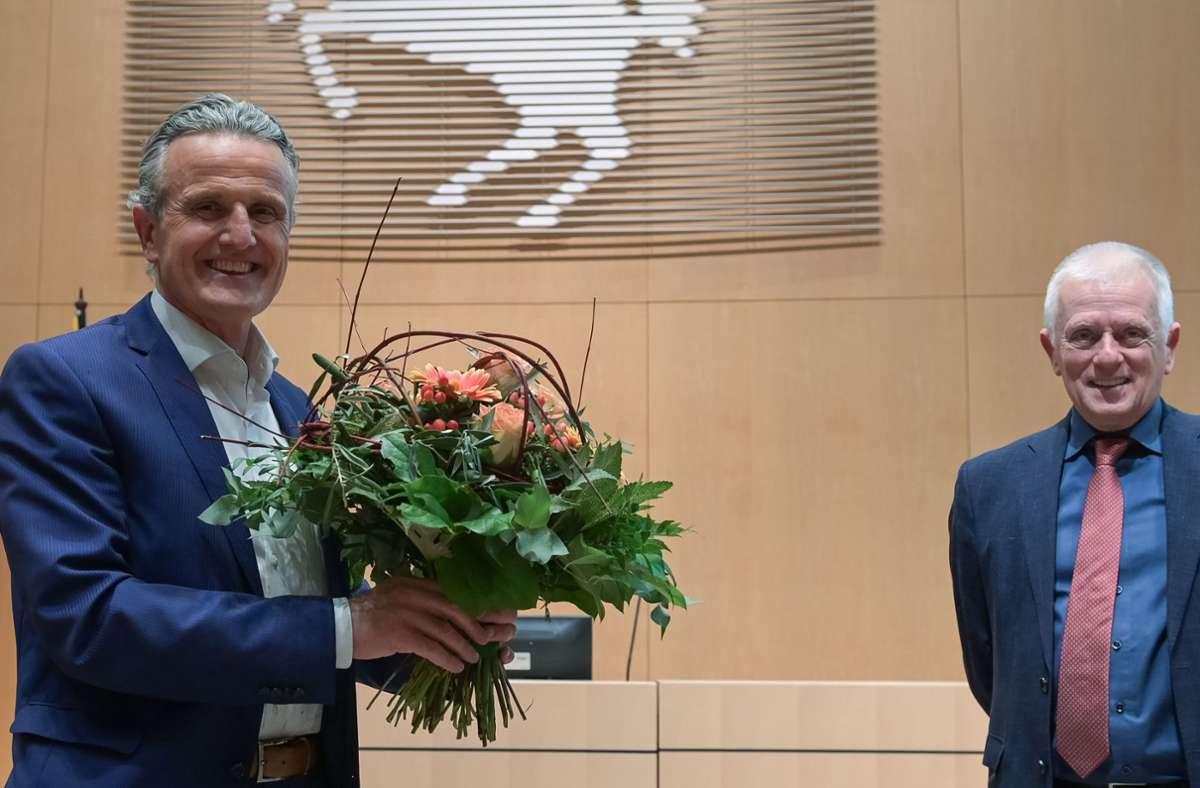 Frank Nopper (CDU, li.) hat die OB-Wahl in Stuttgart gewonnen, OB Fritz Kuhn (re., Grüne) gratulierte. Bis zum 23. Januar läuft eine Klagefrist gegen die Wahl. Foto: Lichtgut/Leif Piechowski