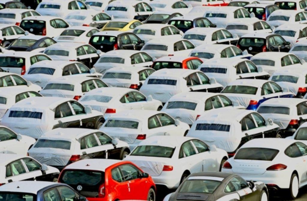 Bei der  Zulassung von Neuwagen – unser Bild zeigt Exportfahrzeuge am Hafen in Emden – will Brüssel künftig stärker mitreden. Foto: dpa