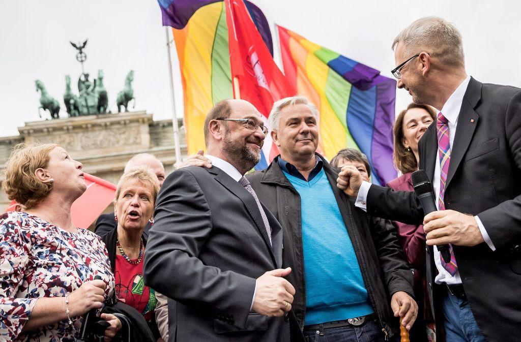Die Ehe für alle zu feiern , überlässt Merkel der politischen Konkurrenz, etwa SPD-Chef Martin Schulz (Mitte). Sie verbindet mit diesem Ziel Foto: dpa
