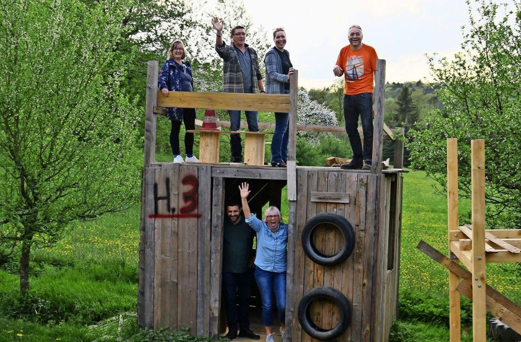 Die örtlichen Stadträte lassen sich bei einer Führung über den Aki neben dem Gemüsebeet und dem Teich auch das Hüttendorf zeigen. Foto: Malte Klein