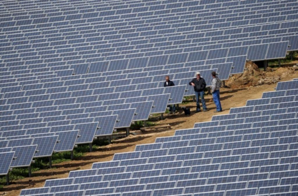 Arbeiter in einem Solarpark in Oberfranken. Foto: DPA