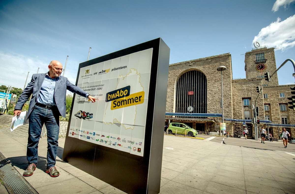 Verkehrsminister Hermann präsentiert die Aktion für Jahreskarten-Inhaber vor dem Stuttgarter Hauptbahnhof. Foto: Lichtgut/Leif Piechowski