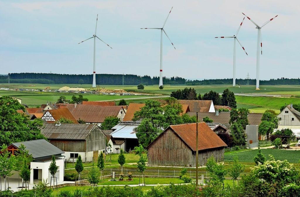 Windkraftanlagen – hier auf der Schwäbischen Alb – machen Lärm und müssen deshalb in einigem Abstand von Wohngebieten stehen. Foto: dpa