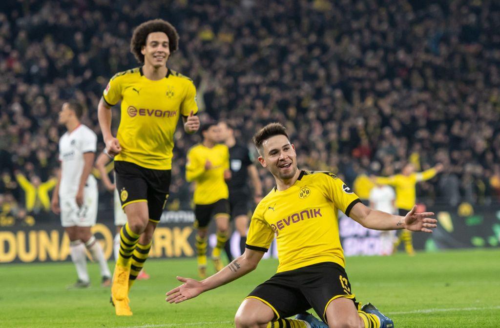 Dortmunds Raphael Guerreiro jubelt mit Axel Witsel über seinen Treffer zum 4:0. Foto: Foto: dpa/Bernd Thissen