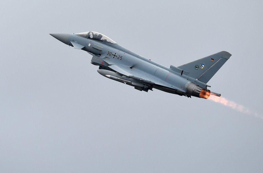 Etwas zweimal im Monat müssen Eurofighter der Luftwaffe Passagiermaschinen zum Landen zwingen. Foto: dpa