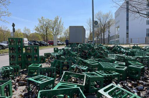 Hunderte Getränkekisten fallen von Lkw