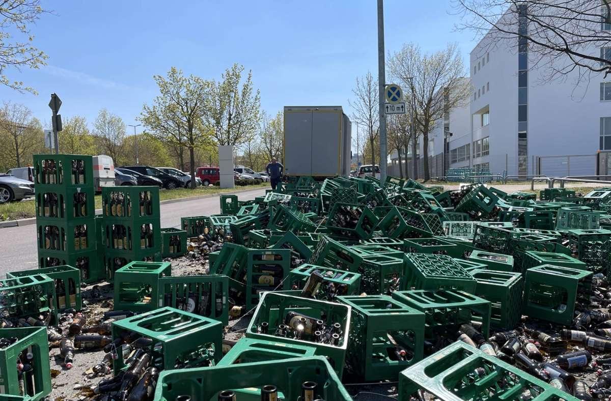 Hunderte Leergutkisten krachten auf die Weissacher Straße in Weilimdorf. Foto: 7aktuell.de/ Nils Reeh