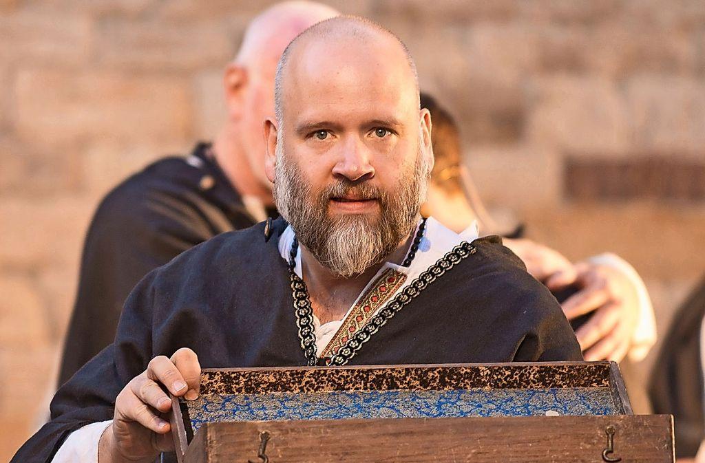 """Bei der Biennale 2015 spielte Ingo Sika die Hauptrolle des Chorherren Sindhold im Open-Air-Theater """"Sindelfinger Jedermann"""".  Foto: factum/Archiv"""