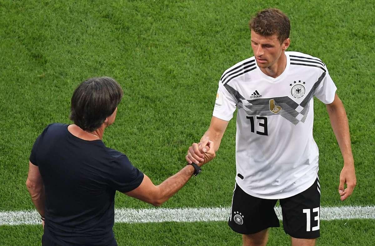 Thomas Müller (rechts) und Bundestrainer Joachim Löw beim Länderspiel gegen Saudi-Arabien 2018 (Archivbild) Foto: dpa/Guido Kirchner