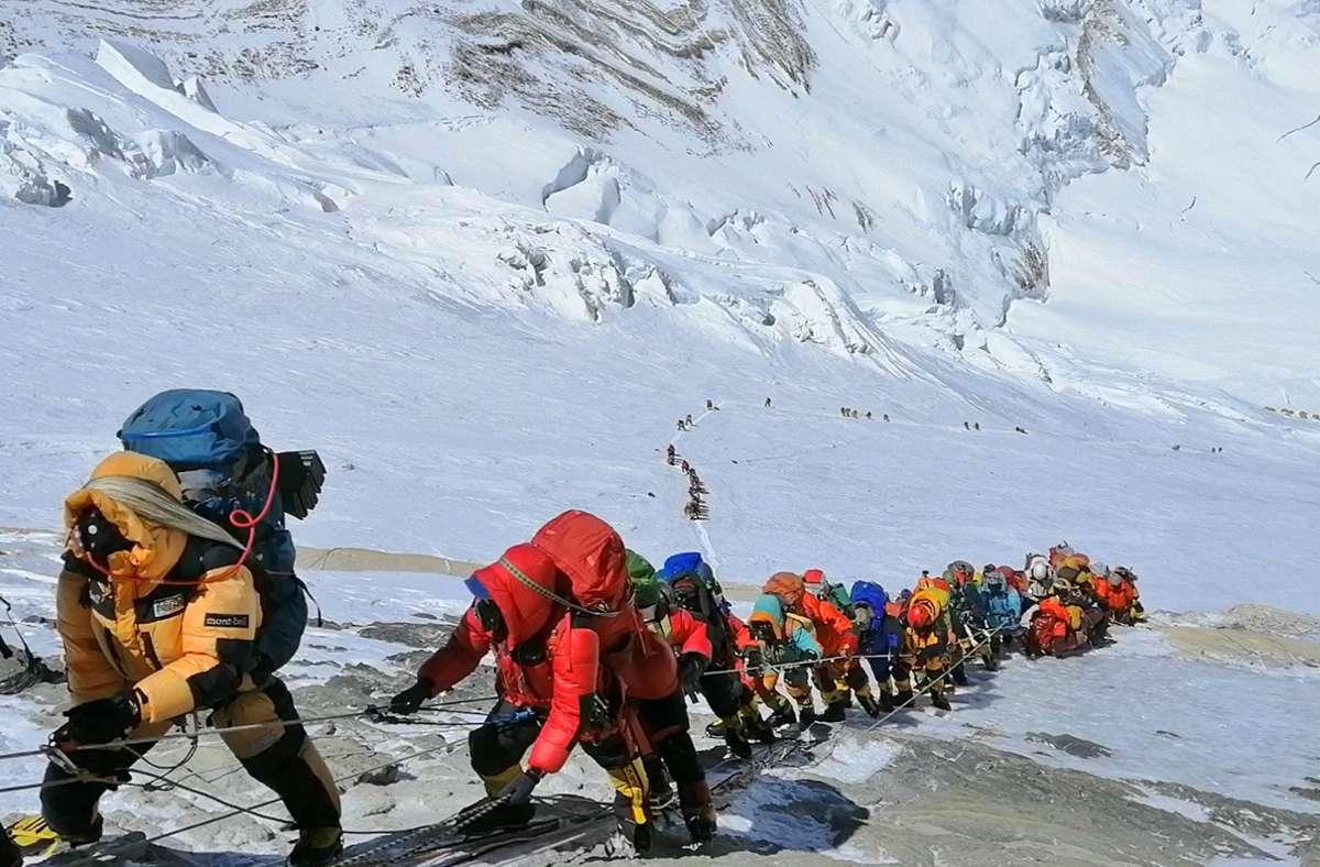 In einer langer Schlange klettern Bergsteiger auf einem Pfad knapp unterhalb von Lager vier (Archivbild aus dem Jahr 2019). Foto: Rizza Alee/AP/dpa