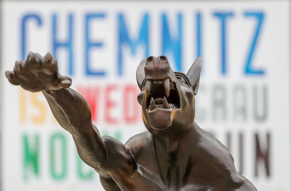Ein Bronze-Wolf des Küntslers Opolka steht mit Hitlergruß vor dem Karl-Marx-Monument. (Symbolfoto) Foto: dpa-Zentralbild