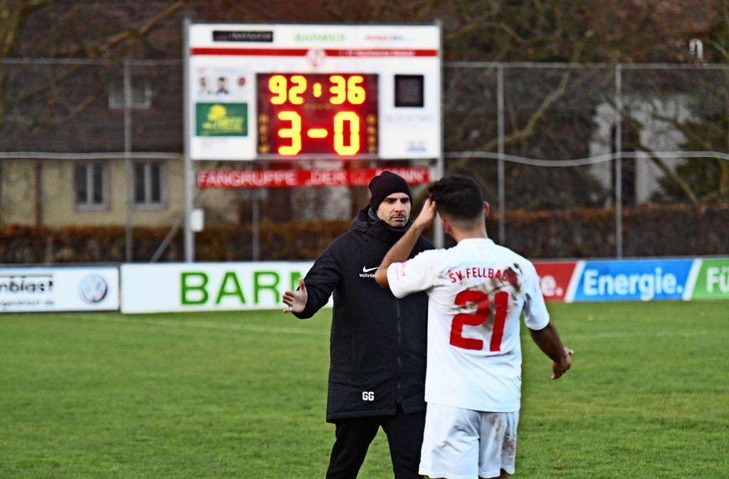 Der SVF-Trainer Giuseppe Greco (hinten) verabschiedet nach der 0:3-Niederlage Burak Sönmez in die Winterpause. Foto: Maximilian Hamm