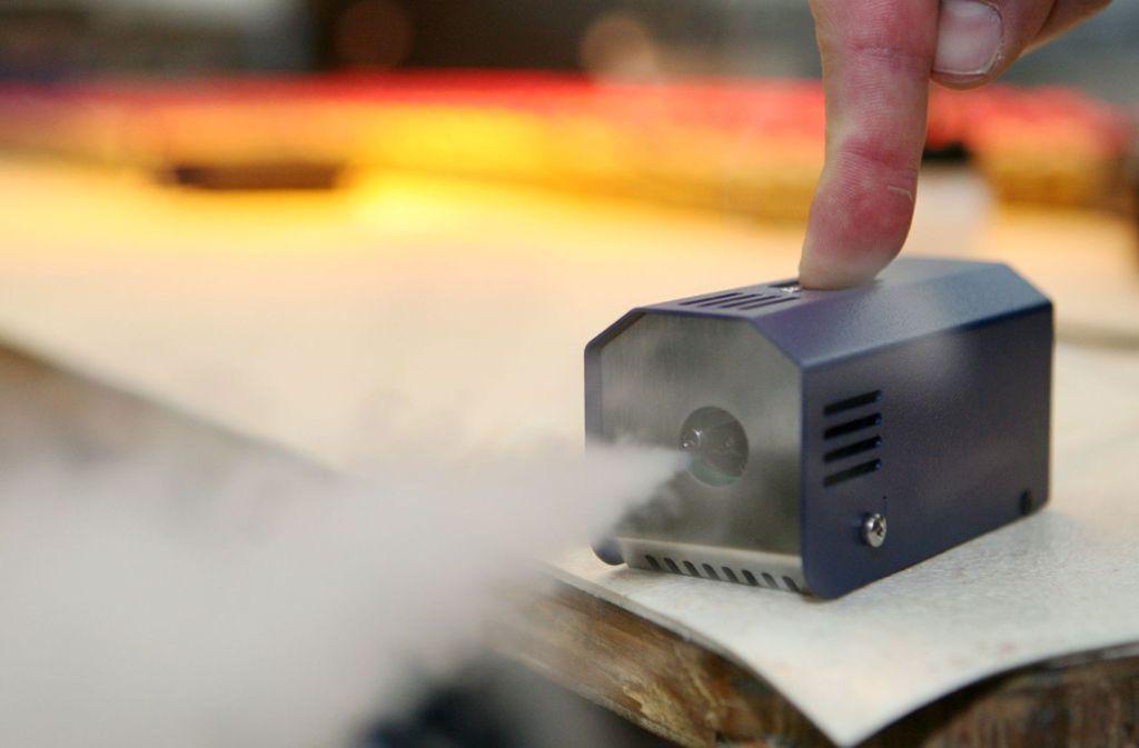 Nebelmaschine: Um in der Diskothek, auf der Theaterbühne oder vor der Filmkamera für besondere Stimmung zu sorgen, verdampft dieses Gerät bei rund 200 Grad ein Fluid aus Wasser und Glykolen zu einem künstlichen Nebel. Foto: dpa