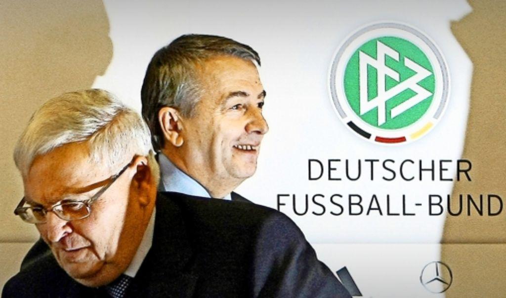 Das Tischtuch zwischen Theo Zwanziger (vorne) und Wolfgang Niersbach ist zerschnitten. Foto: dpa