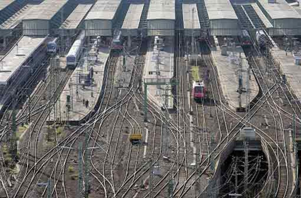 Die Arbeiten auf dem Gleisvorfeld sollen insgesamt noch bis Juli 2012 dauern. Insgesamt müssen bis dahin 92 alte durch 50 neue Weichen ersetzt sowie 10.000 Meter Gleis abgebaut und 5300 Meter neu verlegt werden. Foto: Zweygarth