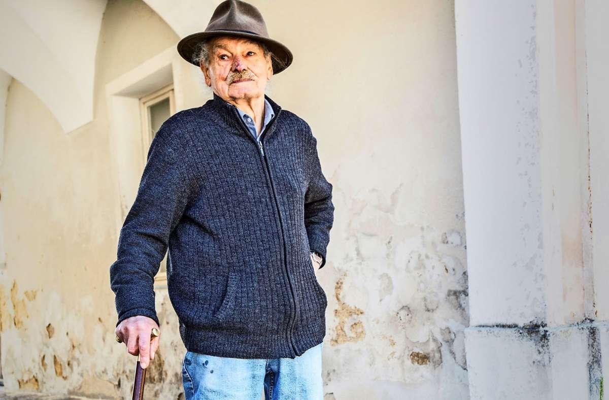 Immer mit Hut und Spazierstock: Johannes Schuhmann im Klosterhof Foto: Thomas Bernhardt