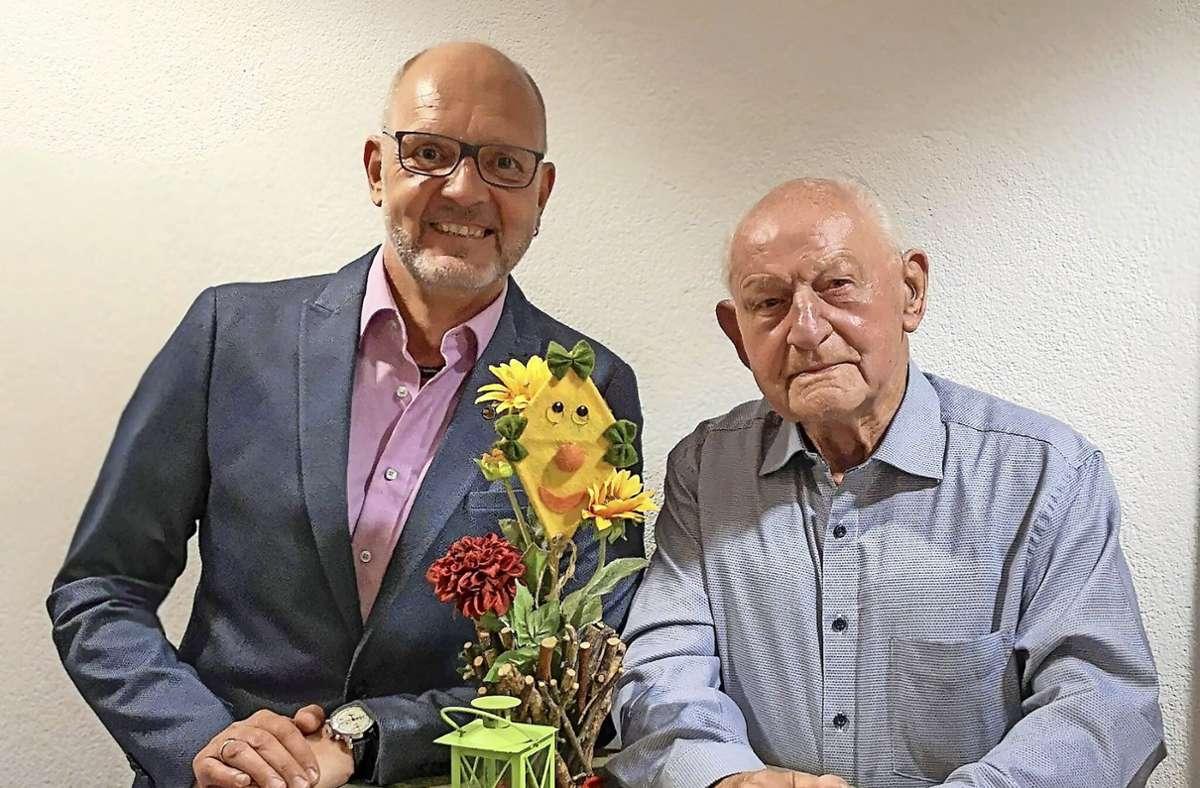 Der Vorsitzende Matthias Schlenker (links) zusammen mit Walter Hermann, der seit 80 Jahren beim Verein mit dabei ist. Foto: Heininger