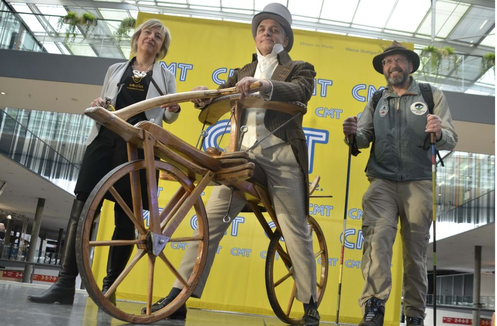 Auf der diesjährigen Urlaubsmesse war auch schon ein 200 Jahre altes Fahrrad zu sehen. Foto: Andreas Rosar Fotoagentur-Stuttgart
