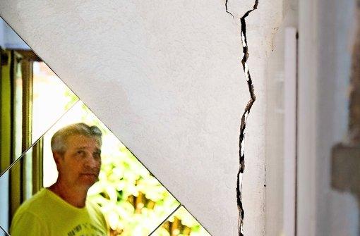 Antonio La Marra kontrolliert regelmäßig die bis zu drei Zentimeter breiten Risse in seinem Haus, die sich vom Keller    bis unter das Dach ziehen. Foto: factum/Weise