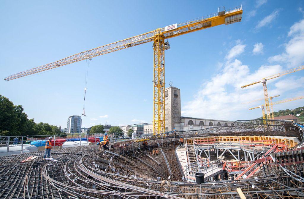 Die riesige Baustelle lässt den Bahnhof dahinter winzig wirken. S21 soll – Stand jetzt – bis 2025 fertig werden. Foto: dpa