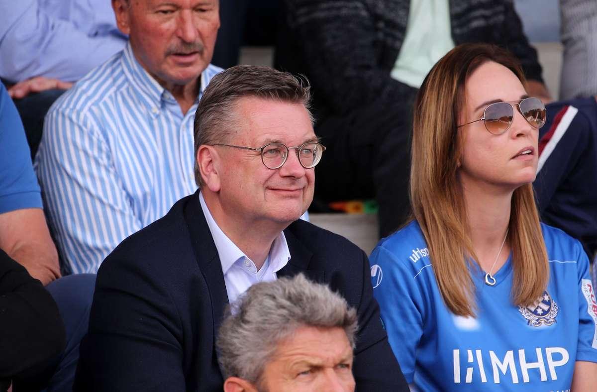 Daniela Koch allein unter Männern – auch hier beim Auswärtsspiel der Stuttgarter Kickers beim SGV Freiberg 2019 neben dem ehemaligen DFB-Präsidenten  Reinhard Grindel. Foto: Baumann