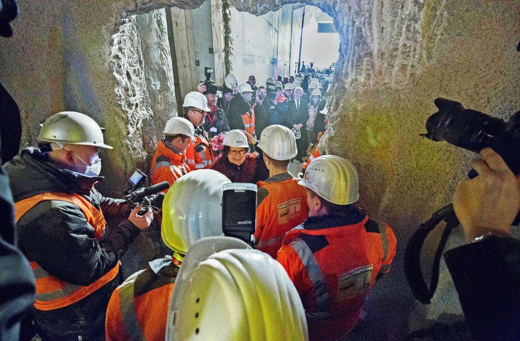 """Die Tunnelpatin Gerlinde Kretschmann gratuliert """"ihren"""" Mineuren zum Durchbruch in Ulm. Foto: Michael Steinert"""