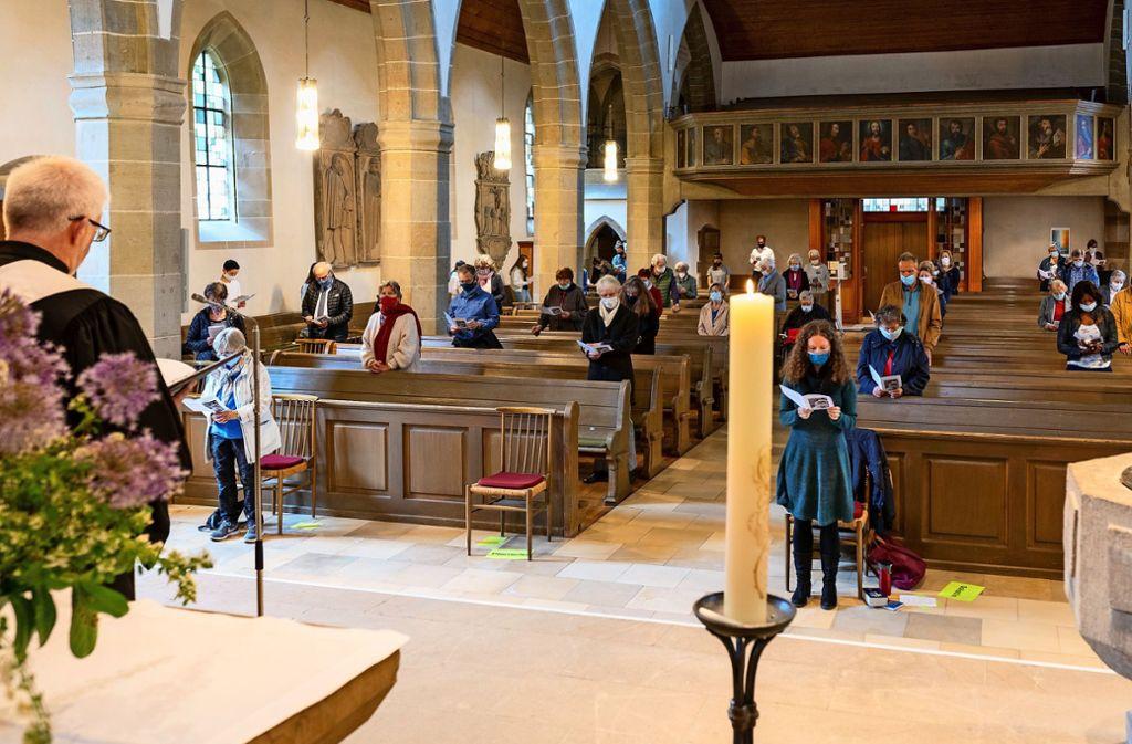Beten mit Abstand: Dekan Wolfgang Vögele begrüßt die Gläubigen zum Gottesdienst unter Corona-Bedingungen. Foto: factum/Jürgen Bach