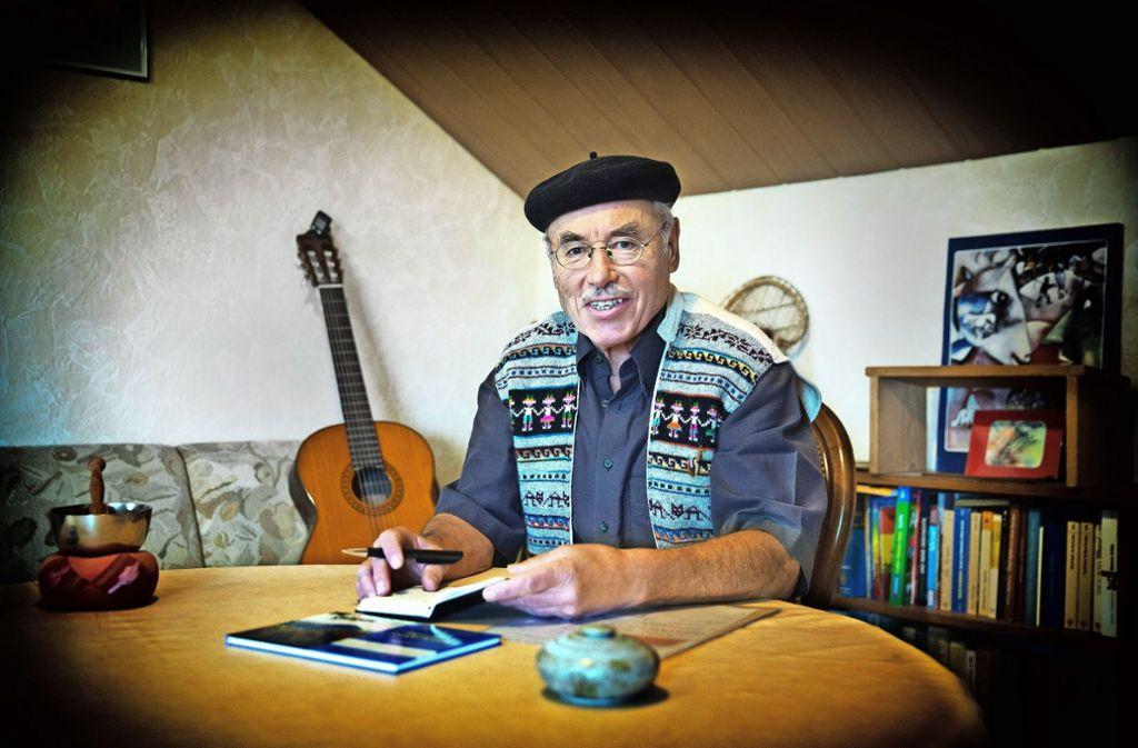 In seinem Arbeitszimmer feilt der Autor Karl Schönweiler an seinen Texten. Foto: Horst Rudel