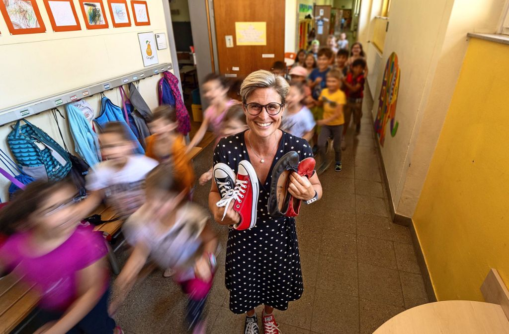 Bettina Konrad, mit den unterschiedlichen Schuhen, inmitten ihrer Schüler Foto: factum/